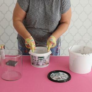 Dno wiaderka, służącego za formę świecznika, wysmaruj odrobiną oleju. Fot. Ultrament