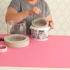 Wlej beton do wiaderka na wysokość ok. 3-4 cm i zanurz w nim szklany wazon. Odczekaj 2 godziny, aż masa zastygnie. Fot. Ultrament