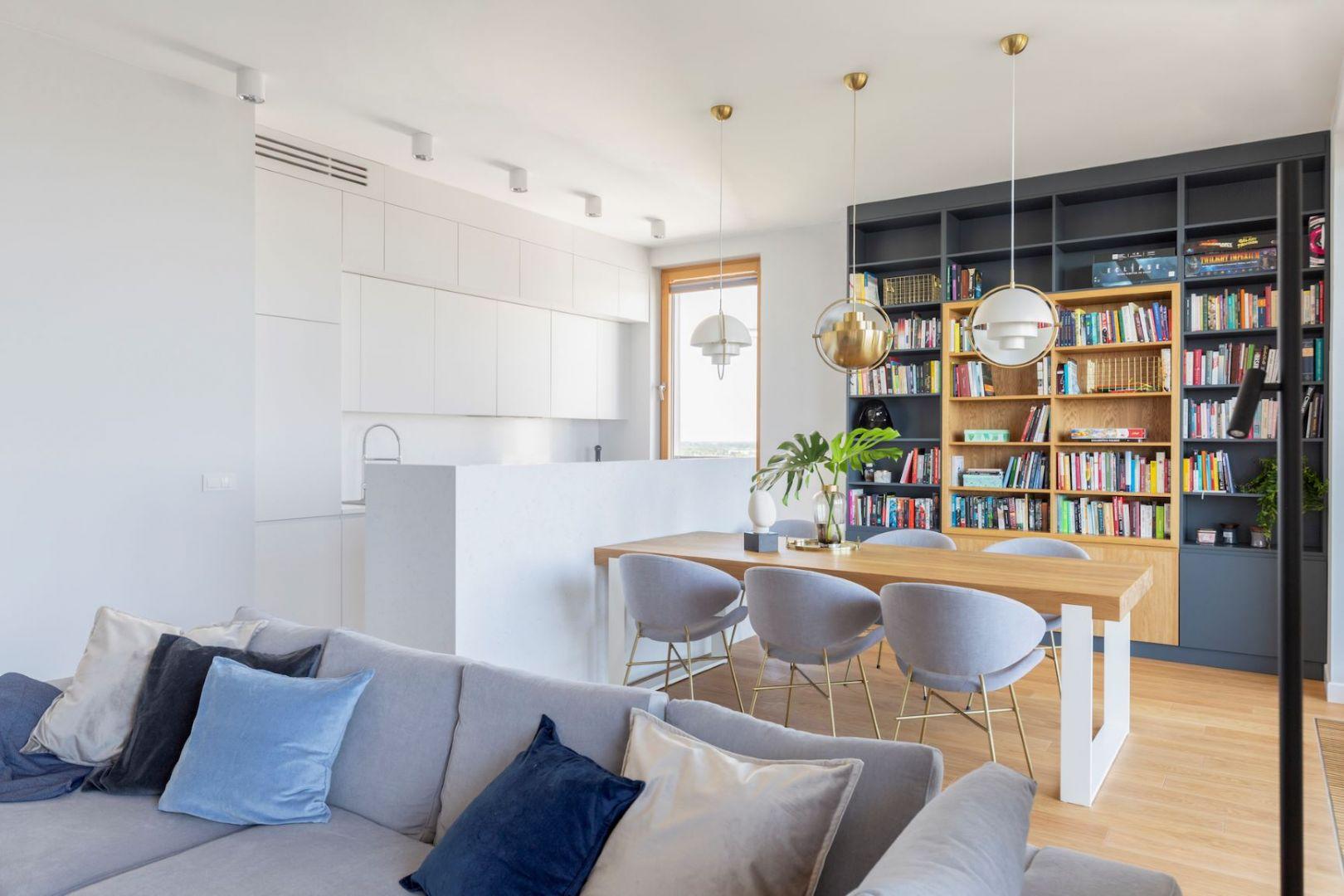 Meblościanka w salonie. Projekt Renee's Interior Design Fot. Marta Behling Pion Poziom