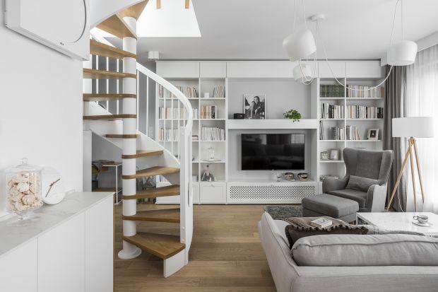 Choć miała swoje wzloty i upadki, meblościanka jest stale obecna w naszych domach. We współczesnej odsłonie jest już meblem dojrzałym i pięknym. Dzięki niej możemy tworzyć uporządkowane, wyjątkowo estetyczne wnętrza.
