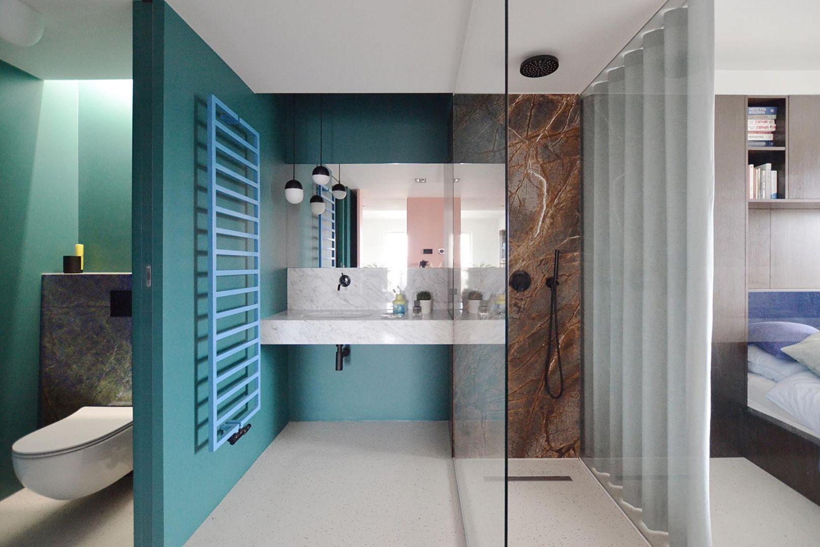 Kolorowa łazienka przy sypialni. Projekt: Grzegorz Layer. Fot. AQForm