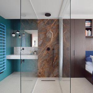 Sypialnię od łazienki oddziela tafla szkła. Projekt: Grzegorz Layer. Fot. AQForm
