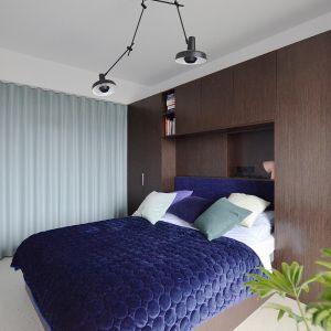 W sypialni wrażenie intymności i przytulności buduje bardziej nastrojowe oświetlenie w połączeniu z ciemniejszymi kolorami, kamienną okładziną i obniżonym sufitem. Projekt: Grzegorz Layer. Fot. AQForm