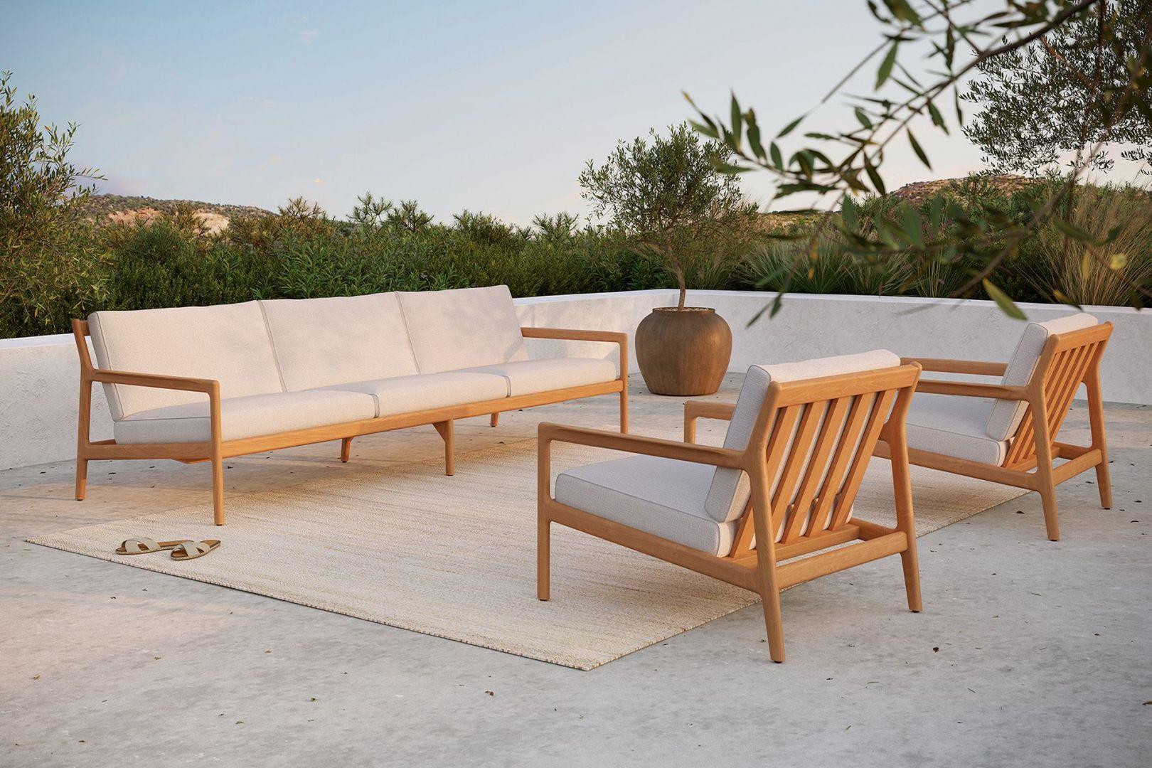 Trzyosobowa sofa z drewna tekowego i fotele Jack Ethnicraft marki NAP. Fot. NAP / Domoteka