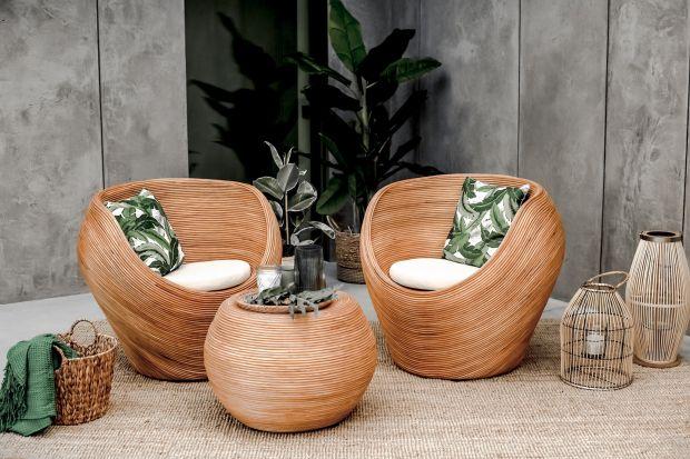 Meble i dodatki z naturalnych materiałów to doskonałe połączenie designu, trwałości i wygody, które świetnie sprawdzi się w aranżacjach balkonów czy tarasów.