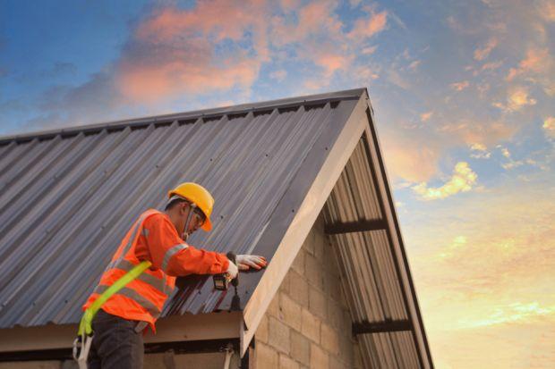 Myśląc o dachu powinniśmy zwrócić uwagę nie tylko na jego aspekt estetyczny, ale także, przede wszystkim, na jego funkcjonalność i kwestie użytkowe. Jaki materiał najlepiej sprawdzi się jako pokrycie dachu? Przeczytaj, co mówią fachowcy!<