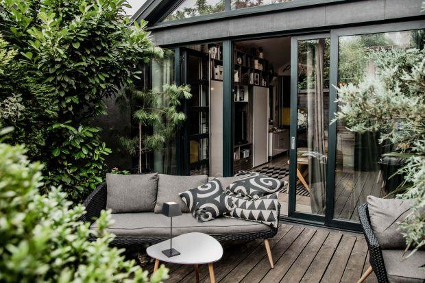 Piękny i funkcjonalny ogród to nie tylko zadbana zieleń i wygodne meble. To także oświetlenie, która nada przestrzeni charakteru. Umożliwi jednocześnie korzystanie zogrodupo zmroku. Jak zatem zaprojektować efektowne oświetlenie zarówno w ni