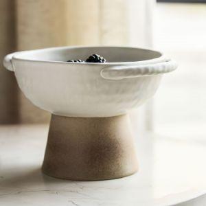 Własnoręczne wykonanie ceramicznych dodatków zostało dodatkowo podkreślone przez pozostawione odciski palców rzemieślników. Fot. IKEA