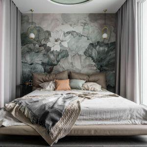 Ściana za łóżkiem w sypialni wykończona jest modną tapeta w kwiaty. Projekt: Magdalena Bielicka, Maria Zrzelska-Pawlak, Pracownia Magma. Fot. Fotomohito