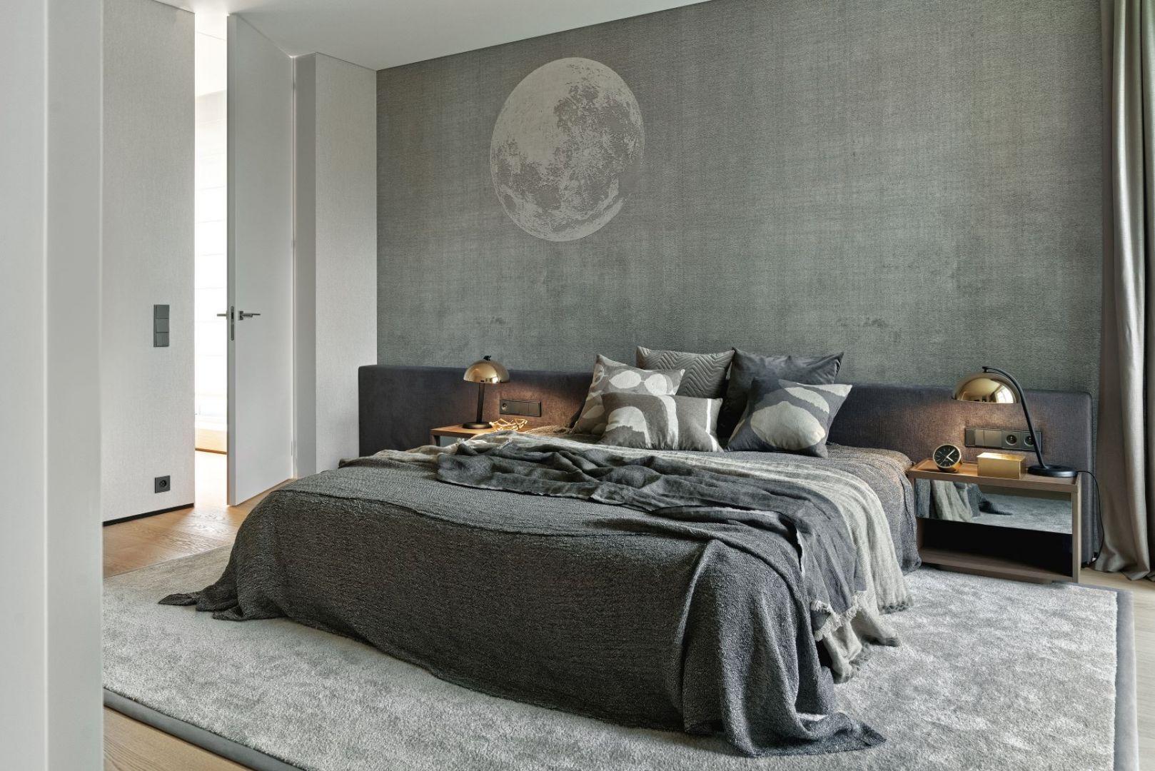 Ściana za łóżkiem w sypialni wykończona jest szarą tapetą. Projekt: Katarzyna Kraszewska Architektura Wnętrz. Fot. Tom Kurek