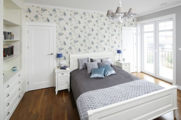 Wykończ ścianę za łóżkiem w sypialni tapetą. Będzie modnie, pięknie i niezwykle efektowanie. Przekonaj się o tym! W naszym przeglądzie znajdziesz bowiem świetne pomysły na wykończenie ściany w sypialni tapetą.