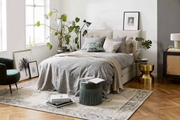 Szukasz pomysłu jak urządzić ładną sypialnię? Potrzebujesz inspiracji do letniej metamorfozy wnętrza? W naszym artykule znajdziesz aż 10 sposobów na modny wystrój sypialni!