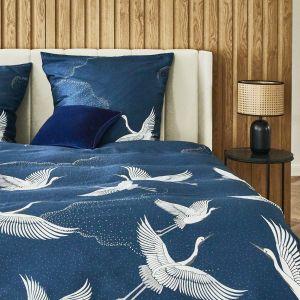 Ładna sypialnia z granatową pościelą. Pomysły na aranżację sypialni. Fot. WestwingNow