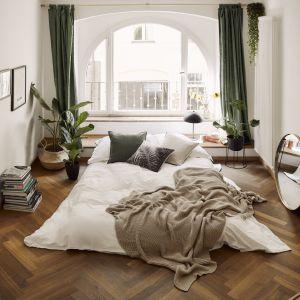 Prosta minimalistyczna sypialnia w jasnych kolorach. Pomysły na aranżację sypialni. Fot. WestwingNow