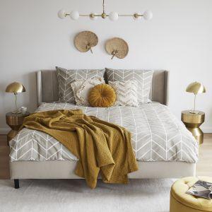 Ładna sypialnia z szarym tapicerowanym łóżkiem. Pomysły na aranżację sypialni. Fot. WestwingNow
