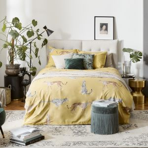 Ładna sypialnia z żywymi roślinami i pastelową pościelą. Pomysły na aranżację sypialni. Fot. WestwingNow