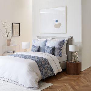 Ładna sypialnia w chłodnej kolorystyce. Pomysły na aranżację sypialni. Fot. WestwingNow