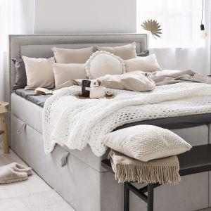 Ładna sypialnia z kontynentalnym łóżkiem tapicerowanym. Pomysły na aranżację sypialni. Fot. WestwingNow