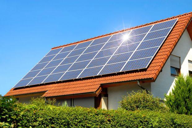 Rosnąca świadomość ekologiczna oraz coraz wyższe ceny energii elektrycznej sprawiają, że więcej osób składnia się ku fotowoltaice. Nic dziwnego, oszczędność na rachunkach za prąd rzędu 90% to kusząca perspektywa. Co warto wiedzieć o inwe