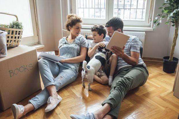 Systemy automatyki mieszkaniowej od lat zyskują na popularności. I trudno się dziwić – z jednej strony zwiększają komfort przebywania w domu, a z drugiej stronypozwalają nam płacić niższe rachunki za prąd i ogrzewanie. Na jakie rozwiązania