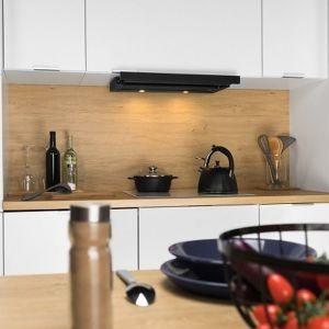 Czarny okap bardzo ładnie prezentuje się w otoczeniu bieli i drewna. Fot. Akpo