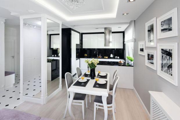 Czarno-biała kuchnia nigdy nie wychodzi z mody. Jest nie tylko modna, ale także bardzo ładna i ponadczasowa. Zobacz jak ją urządzić. Prezentujemy pomysł z polskich domów i mieszkań.<br /><br />