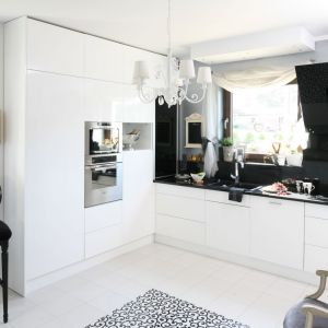 Czarno-biała kuchnia w kształcie litery U. Projekt: Magdalena Konochowicz. Fot. Bartosz Jarosz.