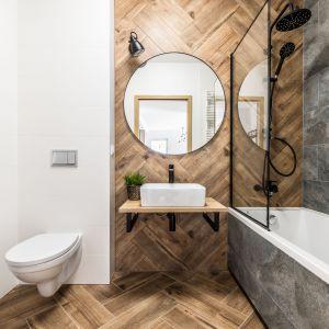 Drewnopodobne płytki w łazience mają tę ogromną zaletę, że nie widać na nich kamienia ani kurzu. Projekt: Ewelina Matyjasik-Lewandowska. Fot. Tomasz Kazaniecki