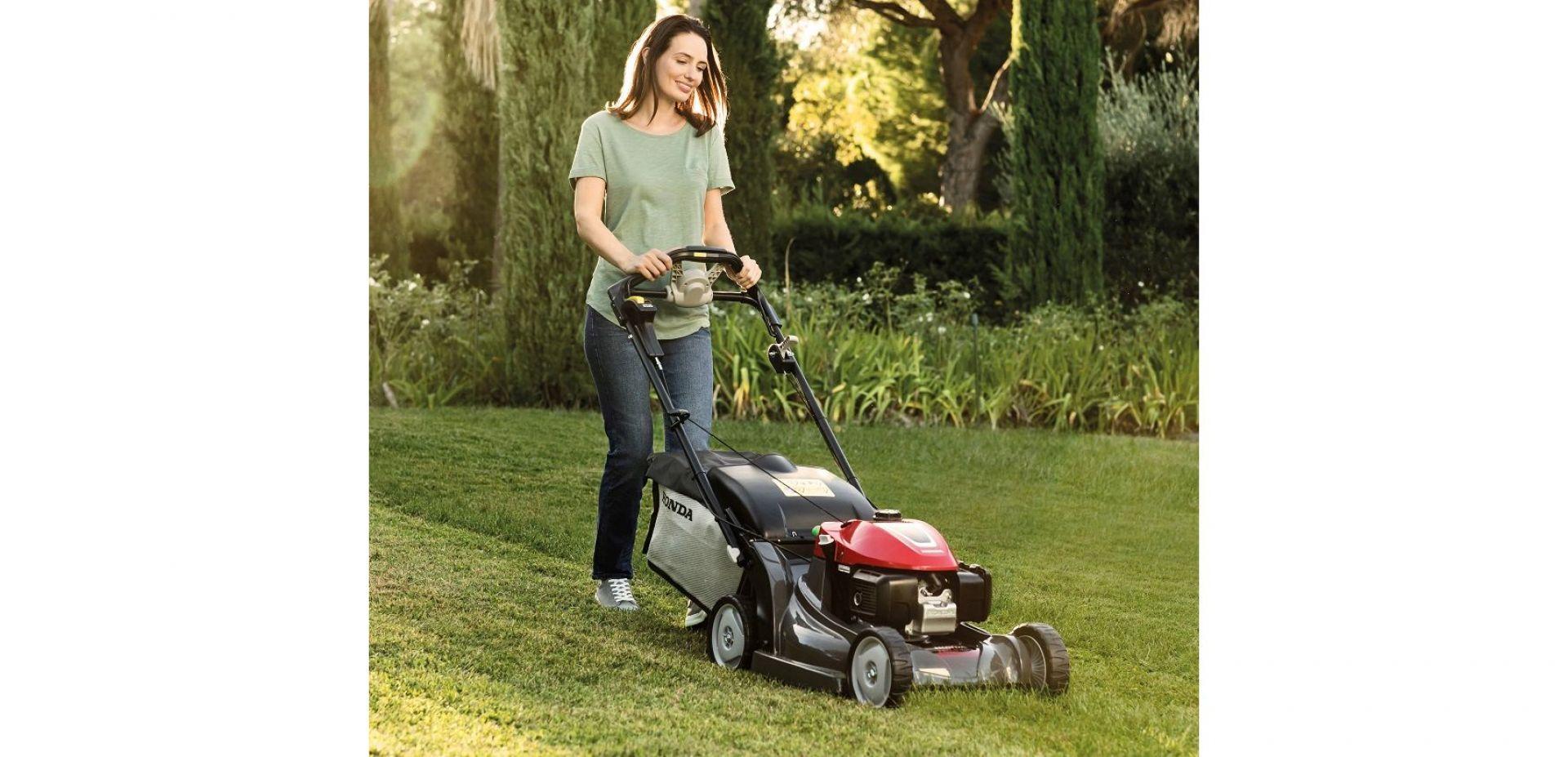 Dzięki sprawnym kosiarkom i dobranym do stylu życia urządzeniom do koszenia, pielęgnacja trawnika staje się przyjemną aktywnością na świeżym powietrzu. Na zdjęciu: kosiarka Honda HRX 476. Fot. Honda