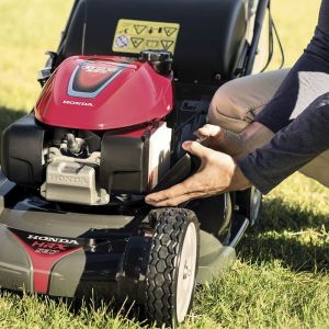 Wysokość koszenia ma istotne znacznie dla zdrowej kondycji trawy. Na zdjęciu: kosiarka Honda HRX 537. Fot. Honda