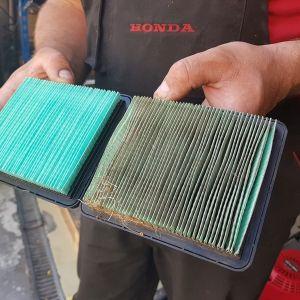 Zużyty vs nowy filtr powietrza kosiarki. Fot. Fot. Honda