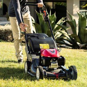 Jeszcze przed otwarciem sezonu koszenia warto przypomnieć sobie dobre praktyki i wdrożyć w życie podstawy koszenia trawników. Na zdjęciu: kosiarka Honda HRX 537. Fot. Honda