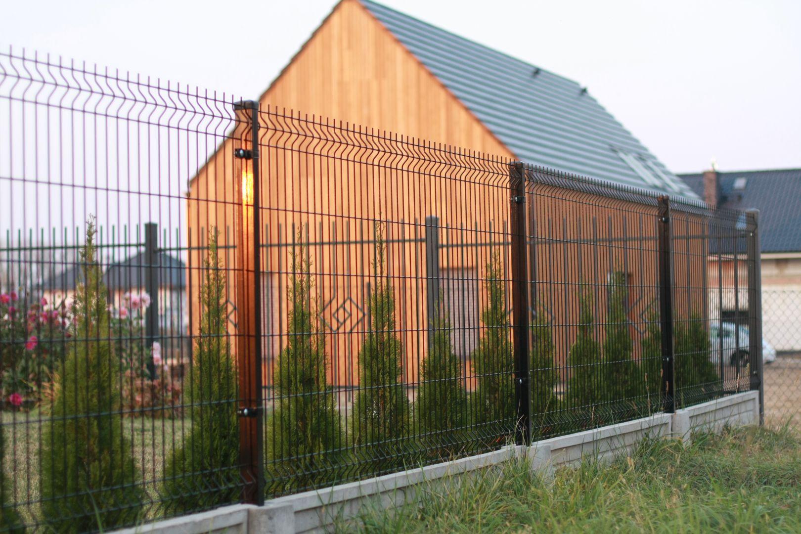 Jeśli ogrodzenie domu ma być wyższa niż 2,2 m musimy zawiadomić o tym starostwo co najmniej 21 dni przed rozpoczęciem prac. Fot. Plast-Met Systemy Ogrodzeniowe