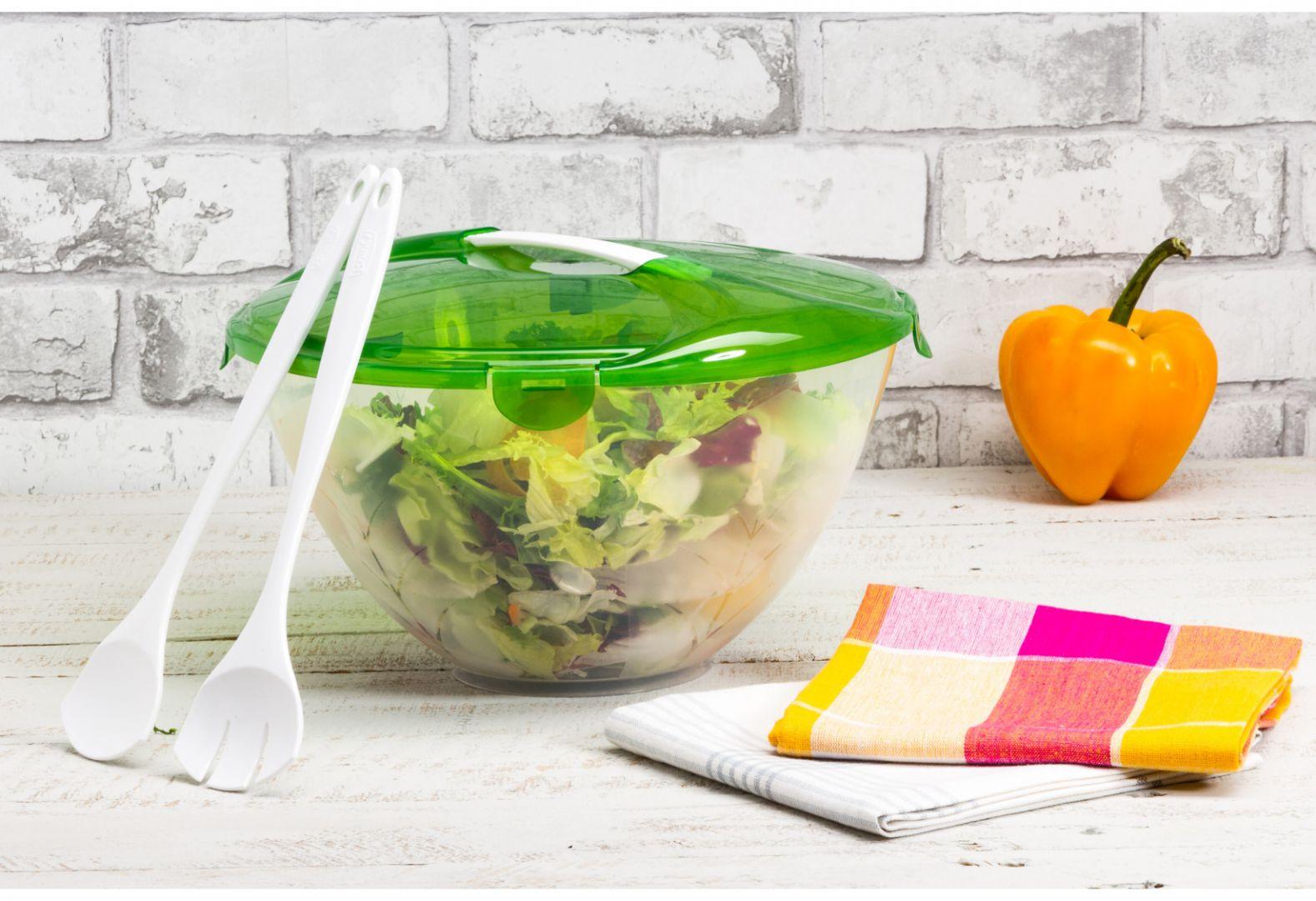 Planujesz przygotować na piknik wiosenną sałatkę, zdecyduj się na miskę z przykrywką w zestawie z plastikowymi łyżkami. Fot. Salony Agata
