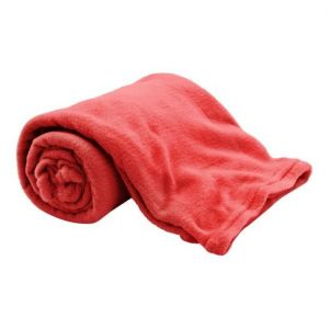 Warto wyposażyć się również w dodatkowy koc, który może być przydatny w zimniejsze popołudnie. Fot. Salony Agata