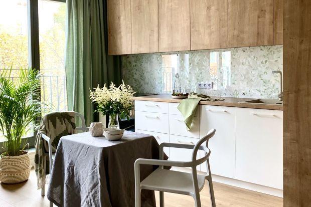 Biała kuchnia od lat nie wychodzi z mody. Jest elegancka i ponadczasowa. Jednak to dzięki połączeniu z drewnem zyskuje ciepła i przytulności.
