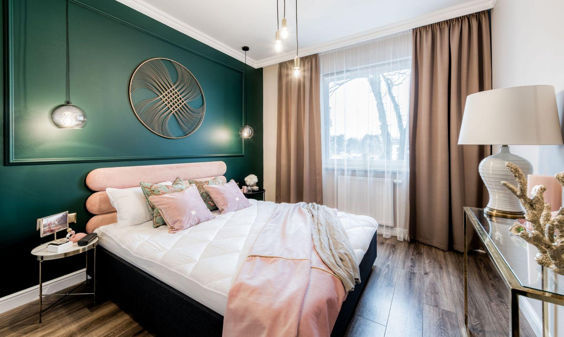 Ścianę za łóżkiem zdobi zielona sztukateria. Projekt Marta Piórkowska-Paluch. Fot. Andrzej Czechowicz, Foto Studio Wrzosy