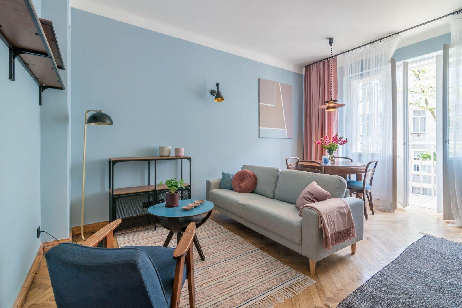 Ściany w salonie wykończone są kolorową farbą. Jest modnie i bardzo ciekawie. Projekt i stylizacja: Ola Dąbrówka, pracownia Good Vibes Interiors. Fot. Marcin Mularczyk