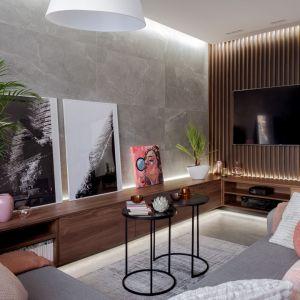 Ściany w salonie wykończone są szarymi płytkami ceramicznymi oraz drewnianymi listewkami. Projekt: Agnieszka Morawiec, Pracownia Projektowa Siedem. Fot. Dariusz Jarząbek Fotografia