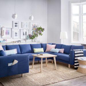 Niebieska kanapa w salonie. Sofa Norsborg dostępna jest w wielu kształtach, stylach i wymiarach. Nóżki wykonane z litego nadają jej ciekawy wygląd. Fot. IKEA