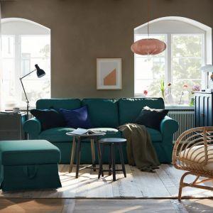 Zielona kanapa w salonie. Sofa z kolekcji Ektopr w zielonym kolorze. Dostępna w ofercie IKEA. Fot. IKEA