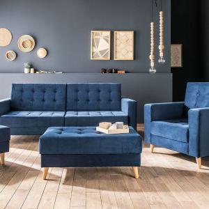 Granatowa kanapa w salonie. Sofa w salonie z kolekcji Piqu w niebieskim kolorze. Dostępna w ofercie firmy VOX. Fot. VOX