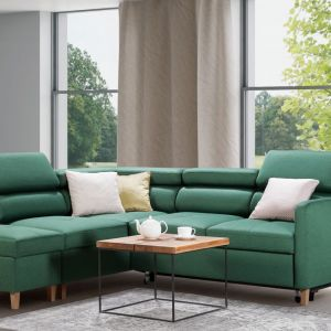 Zielona sofa w salonie. Narożnik w salonie z kolekcji Sven w zielonym kolorze. Dostępny w ofercie firmy Caya Design. Fot. Caya Design