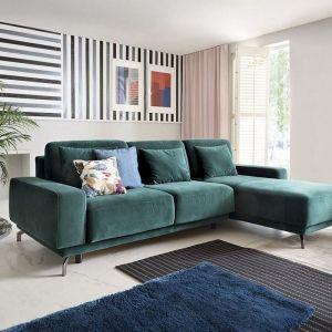 Zielona kanapa w salonie. Narożnik Veneto ma solidne, szerokie, profilowane siedzisko z komfortowymi poduszkami oparciowymi oraz funkcję spania.  Fot. Gala Collezione