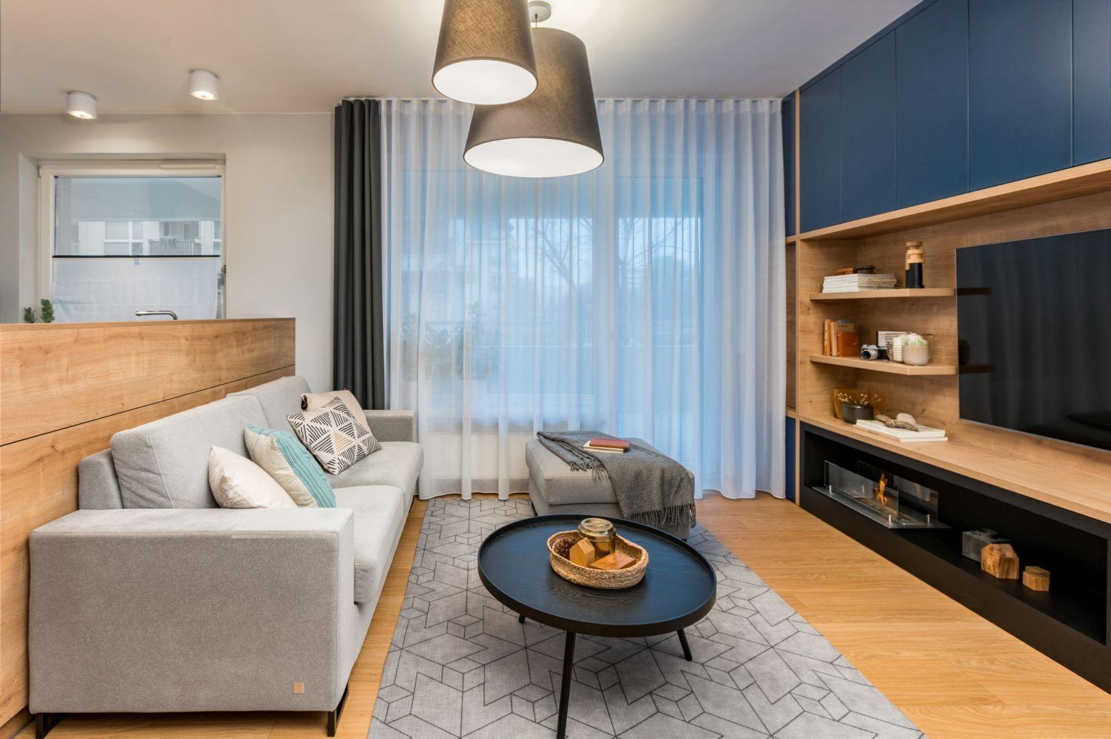 Mały salon w bloku z odrobiną koloru i z drewnem. Projekt: InDe Projekt. Fot. Bartek Bieliński