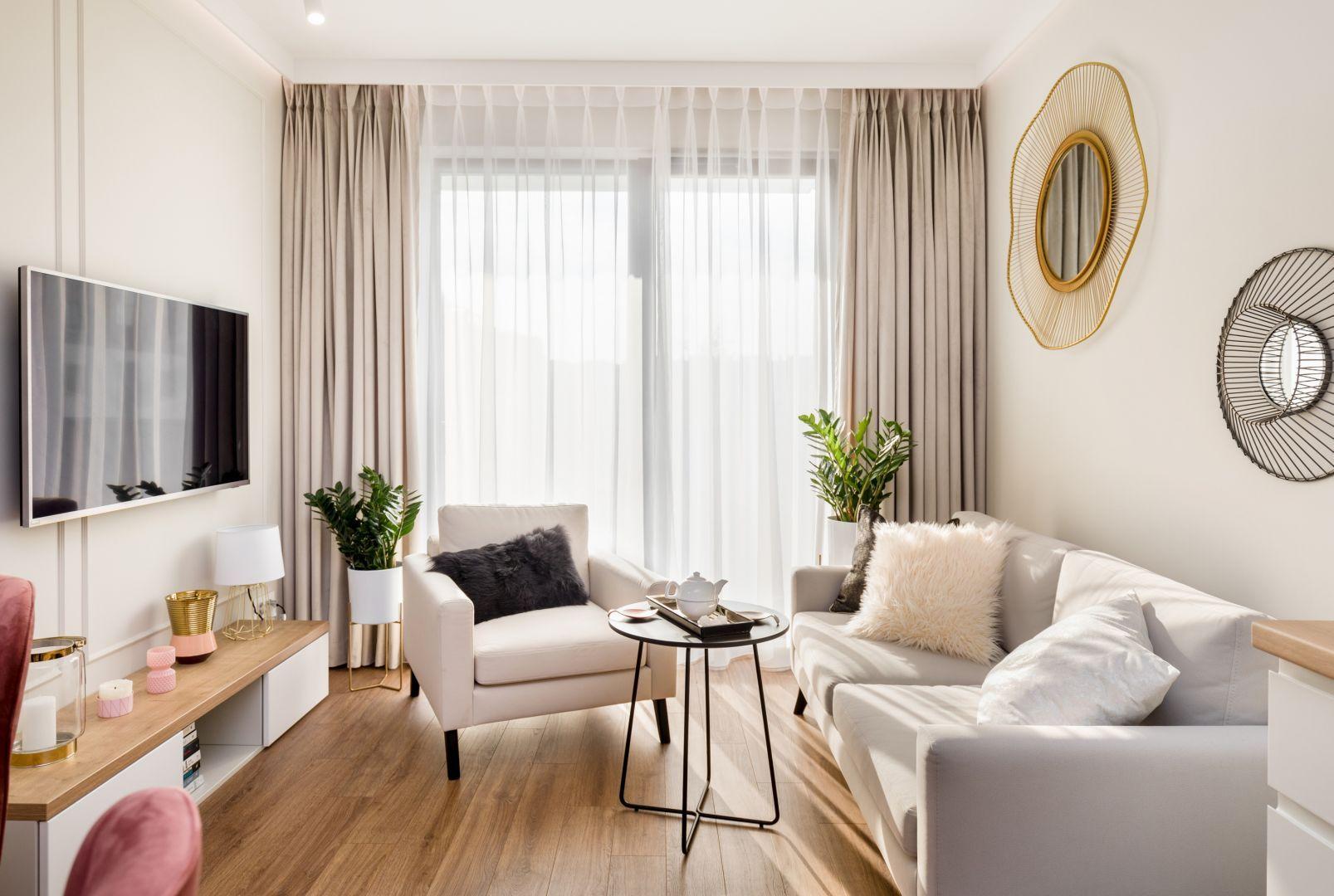 Mały salon w bloku, w którym jasne, ciepłe kolory i stylowe meble budują przytulny klimat. Projekt: Joanna Nawrocka. Fot. Łukasz Bera, Lukaszbera.pl.