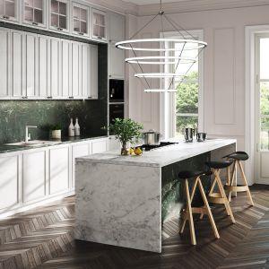 Klasyczna kuchnia z marmurowymi płytkami między kuchennymi szafkami i na blacie. Fot. Ferro