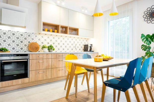 Czym najlepiej wykończyć ścianę między kuchennymi szafkami? Do wyboru masz płytki ceramiczne, szkło, konglomerat, płyty meblowe, cegłę i wiele innych rozwiązań. Zobacz je w naszej galerii inspiracji i znajdź swój pomysł na ścianę nad blat