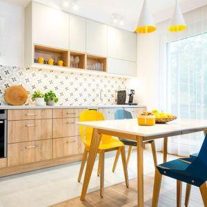 Ściana nad blatem w kuchni wykończona płytkami. Projekt: Krystyna Dziewanowska, Red Cube Design. Fot. Mateusz Torbus 7TH Idea