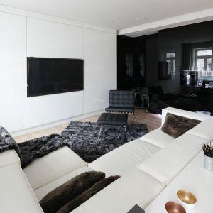 Czarno-biały salon w minimalistycznym stylu. Projekt: Małgorzata Muc, Joanna Scott. Fot. Bartosz Jarosz